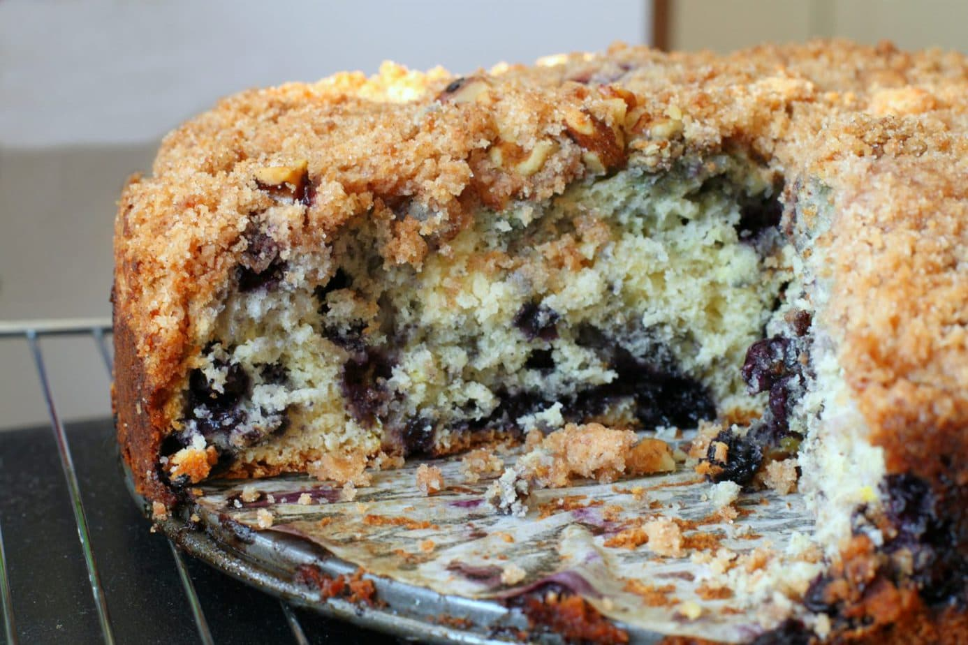 A crumbly cake full of juicy blueberries